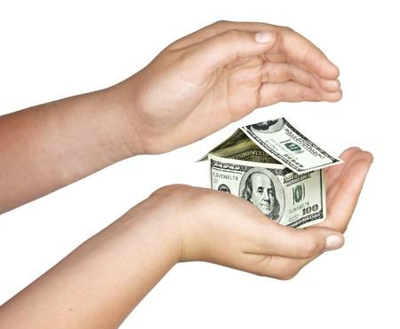 mano con dinero: Casa de dinero en la mano