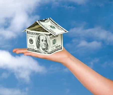 factura: Casa de dinero en la mano