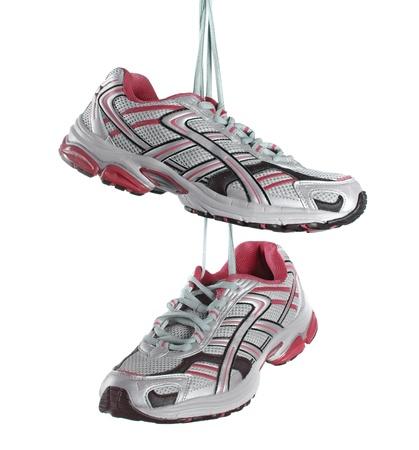 personas corriendo: Par de zapatillas aisladas sobre fondo blanco