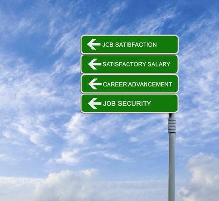 seguridad en el trabajo: Dirección señal de tráfico con satisfacción las palabras de trabajo, el salario satisfactorio, la promoción profesional, la seguridad laboral