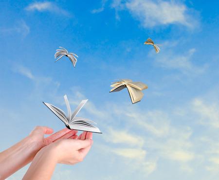 libros volando: Libros que vuelan de las manos Foto de archivo