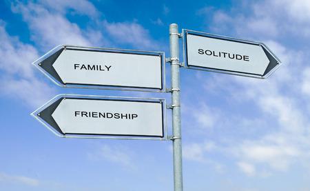 amistad: Direcci�n se�al de tr�fico con las palabras de la familia, la amistad, la soledad