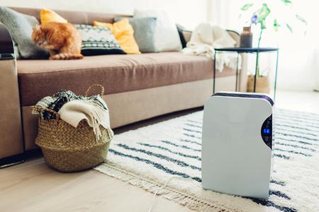 Luftentfeuchter mit Touchpanel, Feuchtigkeitsanzeige, UV-Lampe, Luftionisator, Wasserbehälter funktioniert zu Hause. Modernes Design-Füße-Interieur. Lufttrockner