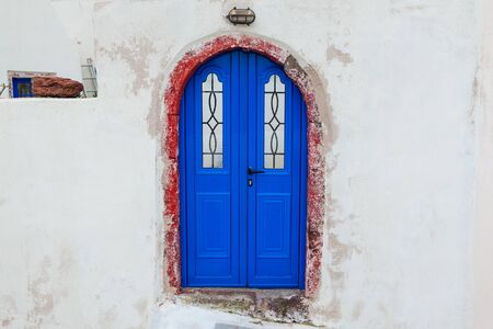 Typical architecture in Akrotiri village on Santorini island, Greece. White houses with blue doors. Greek culture. Traditional colors Stockfoto