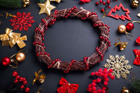 Christmas wreath with decoration. Christmas and New Year black background with ornaments. Creating hand made wreath. Space. 免版税图像