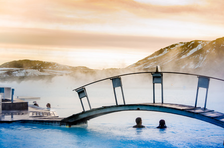 a couple under the bridge in the thermal blue lagoon, Iceland Stockfoto