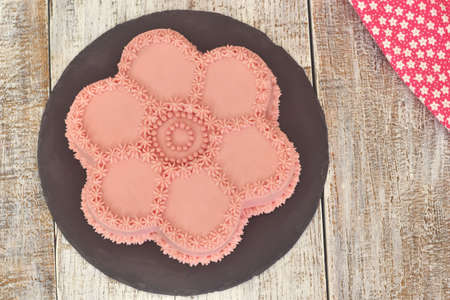 Pink flower shaped sponge cake. Sweet food. Stockfoto