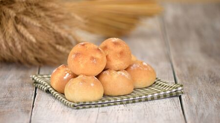 Delicious freshly baked yeast buns with crust. Stockfoto - 147012443