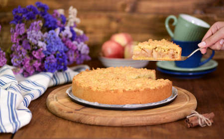 Apple pie or homemade cake with apples on table. Delicous dessert apple tart. Stockfoto - 158077130