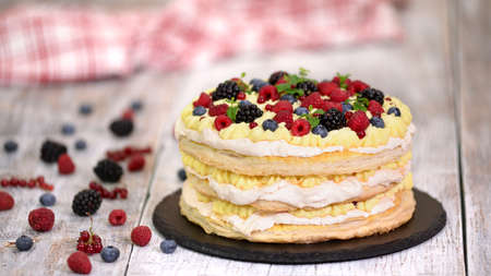Summer berry layered cake with mint. Sweet food Stockfoto - 158173134