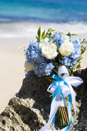 Bride wedding bouque is on the beach Banque d'images