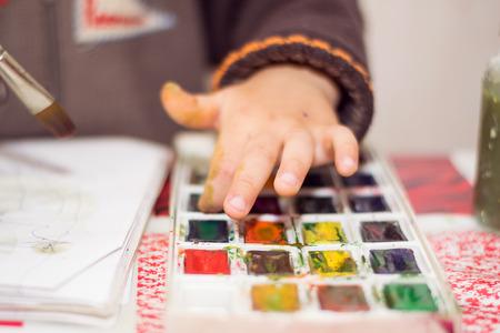 manos sucias: el ni�o de las pinturas con acuarelas sobre papel, las manos sucias