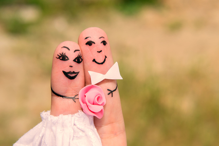 Hombres divertidos pintadas en los dedos. Recién casados. Boda