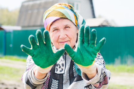 elderly woman with gloves on the garden Banque d'images - 116539783