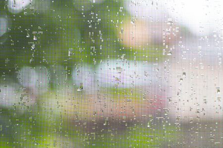 auf dem Moskitonetz fällt aus der Regen Nahaufnahme