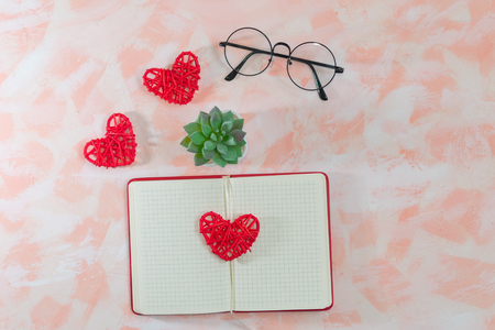 open diary, hearts, glasses and cactus on pink background Banque d'images - 116866696