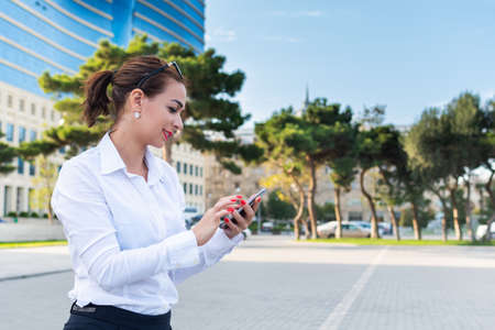 happy business woman  holding a smartphone Reklamní fotografie