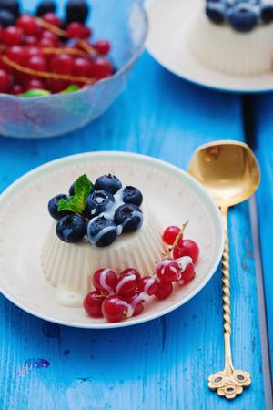 panna: Vanilla panna cotta with fresh berries