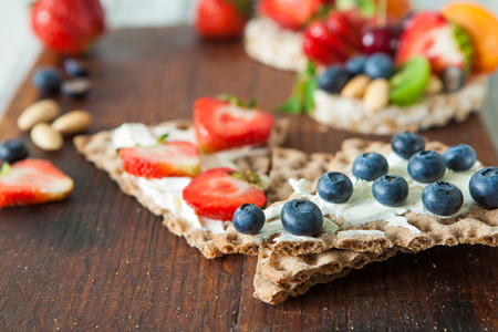 whole wheat toast: Healthy rie cakes with soft cheese and berries, close up