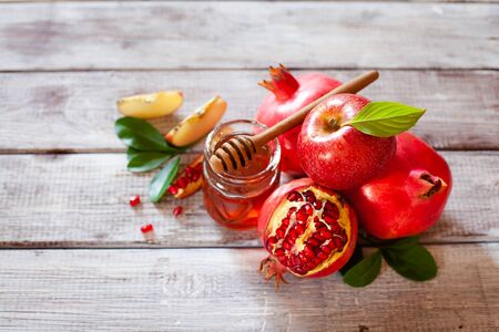 Rosh Hashana concept, jewish New Year holiday with traditional symbols: apples, pomegranate and honey top view Stockfoto - 129161725