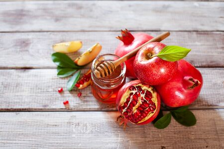 Rosh Hashana concept, jewish New Year holiday with traditional symbols: apples, pomegranate and honey top view Stockfoto - 129161727