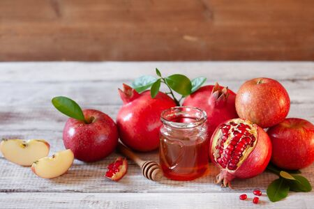Rosh Hashana concept, jewish New Year holiday with traditional symbols: apples, pomegranate and honey Stockfoto - 129161729