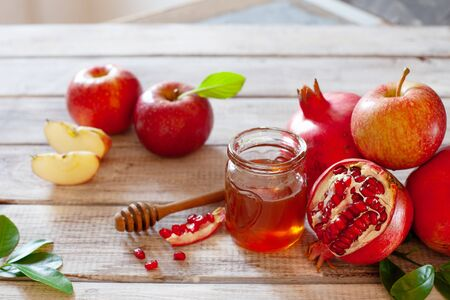 Concepto de Rosh Hashaná, fiesta de año nuevo judío con símbolos tradicionales: manzanas, granadas y miel