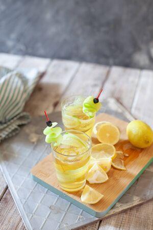 Cucumber and lemon detox water. Homemade detox drink Stockfoto - 129256807