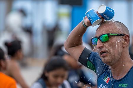 Runner refresh himself with water Redakční