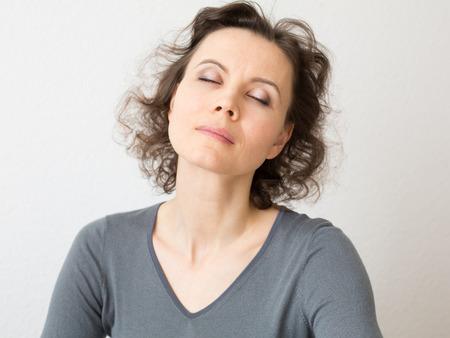 여자 명상에 닫힌 된 눈을 가진 30-40 세