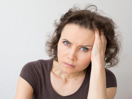personas enojadas: Close-up retrato natural de la mujer de 30-40 años de edad