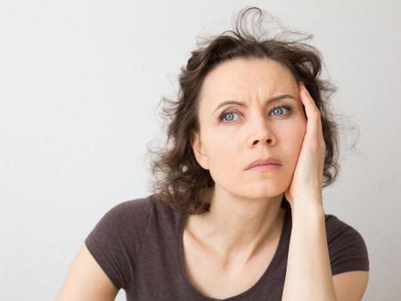 mujer enojada: Close-up retrato natural de la mujer de 30-40 a�os de edad