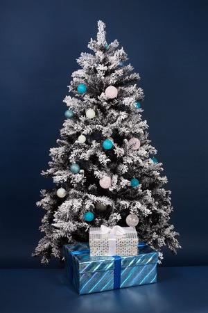 진한 파란색 선물 상자 새 해 나무 장식
