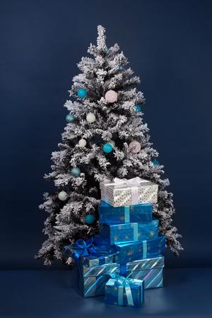 선물 상자가 진한 파란색에 크리스마스 트리 장식