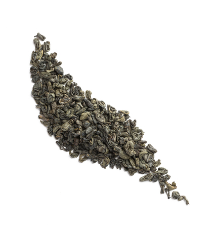 Green tea dried leaves placed in form of leaf Banque d'images