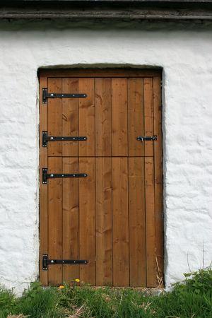 ferreteria: Puerta de madera en un granero de color blanco de cal de piedra lavada prohibici�n. Foto de archivo