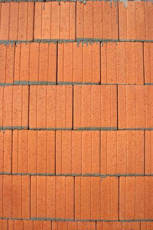 fixed line: Detalle de las baldosas de aislamiento fijas con cemento en el exterior de un edificio antes de la prestaci�n. Foto de archivo