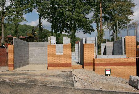 sold small: Nuova struttura di una casa di mattoni, in parte costruito con pavimenti e pareti in vista e la visualizzazione di una venduti segno.