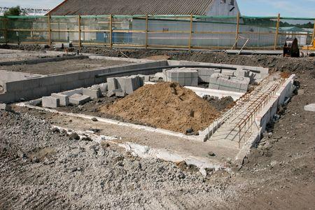 strong base: Concrete basi per un nuovo edificio su un cantiere palo con sabbia, il rafforzamento delle maglie e conglomerati cementizi.