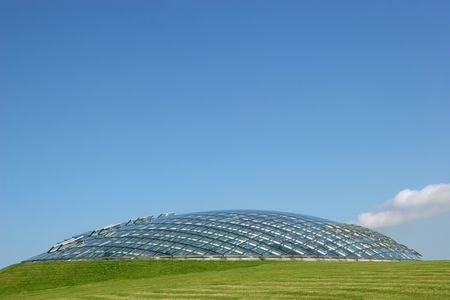 wintergarten: Futuristic Wintergarten Bio Kugel aus Glas und Platten in eine Gras H�gel mit einem klaren blauen Himmel nach hinten gesetzt.