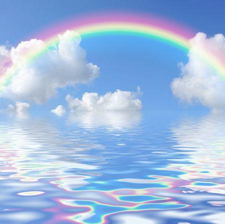 Resumen de un cielo azul con un arco iris y nubes cúmulos, que se refleja sobre el agua.  Foto de archivo