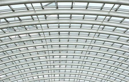 wintergarten: Gebogene Stahl verst�rkt Dach Balken in einem Wintergarten mit Glasscheiben dazwischen.