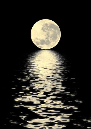 paisaje lunar: La luna llena de oro en el Equinoccio de Primavera, con la reflexi�n sobre el agua y sobre un fondo negro.