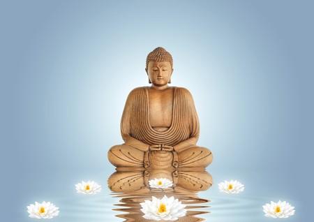 paz interior: Buda en meditaci�n y lirio de flores de loto con la reflexi�n sobre el agua ondulada, establezca contra un fondo azul con blanco iluminado central.