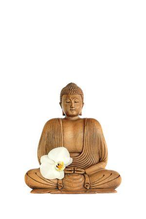 mindfulness: Boeddha met ogen gesloten in gebed met een orchideebloem, op witte achtergrond.