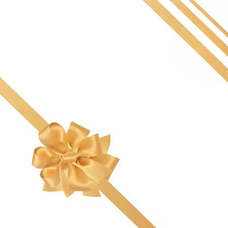 fiocco oro: Nastri di raso oro con fiocco isolato su sfondo bianco. Archivio Fotografico