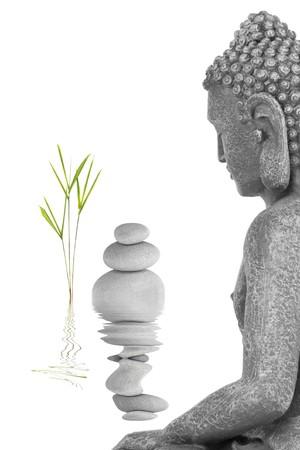feuille de bambou: Bouddha dans le r�sum� de la m�ditation, herbe de feuilles de bambou et une ligne de pierres grises, isol� sur fond blanc.