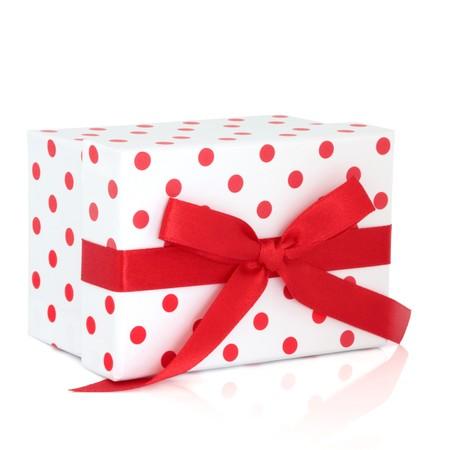 red polka dots: Caja de regalo de lunares rojos y blancos con cinta y arco, aislado sobre fondo blanco.  Foto de archivo