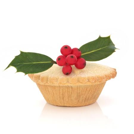 carne picada: Pastel de picadillo de Navidad con ramillete de hoja de baya de acebo, aislado sobre fondo blanco.