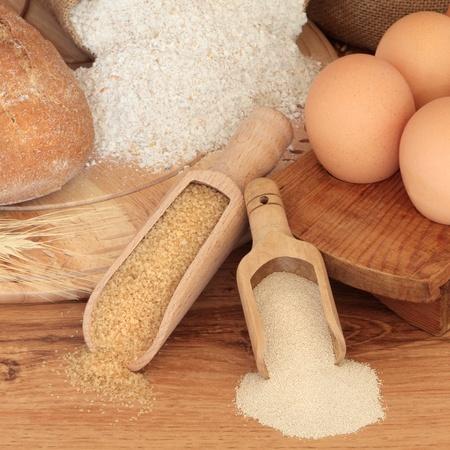 levadura: Ingredientes para hornear de pan de centeno y harina de wholegrain sobre una placa de madera de pan, az�car y levadura seca de primicias y huevos, contra el roble. Foto de archivo